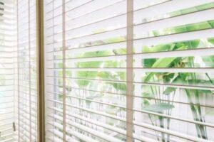 Jakie żaluzje wybrać do białych okien?